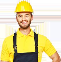 Lavoratore con casco giallo di protezione